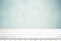 Leeren Sie weißen Holztisch über grünem Zementwandhintergrund Stockbilder