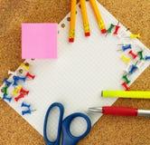 Leeren Sie weißes Blatt Papier für Ihren Text mit Bleistiften, zacken Sie sticknotes aus, sperren Sie ein, scissor, färben Sie Le Lizenzfreies Stockbild