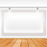 Leeren Sie weißes Brett mit Lichtern im Kunstgalerieraum Lizenzfreie Stockbilder