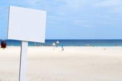 Leeren Sie weißes Zeichen am Strand Stockfotografie