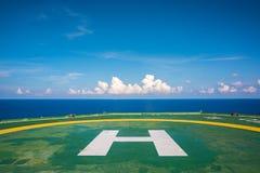 Leerer Ölplattformhubschrauber-landeplatz mit wenigen bewölken sich und blauer Himmel Stockbild