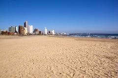Leerer Addington-Strand gegen Durban-Stadt Skyline Lizenzfreie Stockfotos