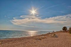 Leerer adriatischer Strand bei Sonnenuntergang Stockbilder