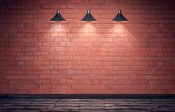 Leerer alter grungy Raum mit Wand und Bretterboden des roten Backsteins Lizenzfreie Stockbilder