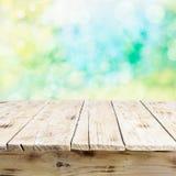 Leerer alter Holztisch im neuen Sonnenlicht Stockfoto