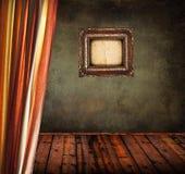 Leerer alter Schmutzraum mit Vorhang und leerem Weinleserahmen lizenzfreie stockbilder