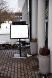 Leerer Anzeigenraum auf einem hölzernen Stand in der Straße draußen lizenzfreies stockfoto