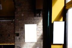 Leerer Anzeigenraum auf einer Betonmauer eines Gebäudes innerhalb einer Stange stockfotografie