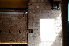 Leerer Anzeigenraum auf einer Betonmauer eines Gebäudes innerhalb einer Stange stockbilder