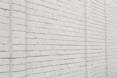 Leerer Anzeigenraum auf einer weißen Backsteinmauer in der Straße draußen stockbild