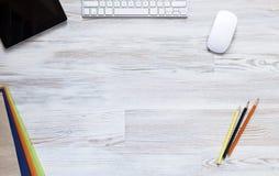 Leerer Arbeitsplatz auf Holztisch Stockfotografie