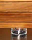 Leerer Aschenbecher auf dem Tisch Stockfotografie
