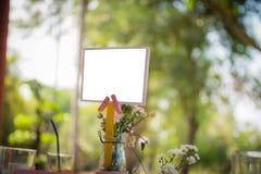 Leerer Aufkleber auf Tabelle mit bokeh Hintergrund Stockfotografie