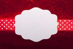 Leerer Aufkleber und Band auf rotem Hintergrund Stockbild