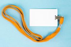 Leerer Ausweis/Ikone mit einem orange Gurt, auf einem blauen Hintergrund Lizenzfreie Stockfotos