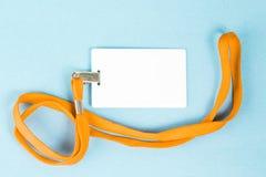 Leerer Ausweis/Ikone mit einem orange Gurt, auf einem blauen Hintergrund Lizenzfreie Stockbilder