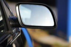 Leerer Autorückspiegel mit Kopienraum auf einem unscharfen backgroun Lizenzfreie Stockfotografie