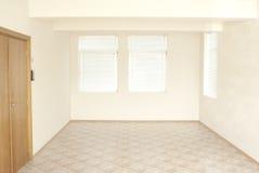 Leerer Büroraum mit hölzerner Tür Stockbilder