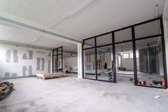 Leerer B?rolichtinnenraum in einer Neubauerneuerung oder im Bau Glast?ren und Windows stockfoto