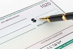 Leerer Bankscheck und Füllfederhalter lizenzfreies stockfoto