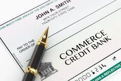 Leerer Bankscheck und Füllfederhalter stockfoto
