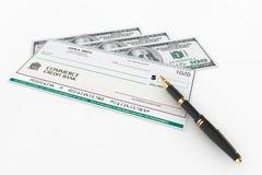 Leerer Bankscheck und Füllfederhalter mit Dollarscheinen stockfoto