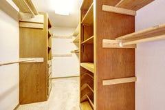 Leerer begehbarer Schrank mit Kabinetten Stockbild