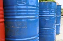 Leerer Behälter des 200-Liter-Brennstoffs blaue und rote Farbe lizenzfreie stockbilder