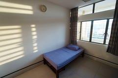 Leerer Bezirkraum mit einem Bett Stockfoto