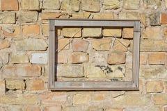 Leerer Bilderrahmen auf Backsteinmauer Stockfotos