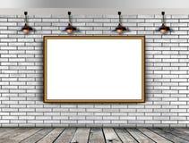 Leerer Bilderrahmen auf der Backsteinmauer Stockbild