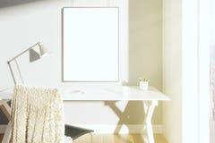 Leerer Bilderrahmen auf der Wand im sonnigen Raum mit Lampe auf dem t Lizenzfreie Stockfotos