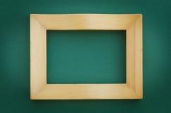 Leerer Bilderrahmen auf einer grünen Wand Lizenzfreie Stockbilder