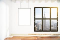 Leerer Bilderrahmen auf weißer Wand im leeren Raum des Dachbodens mit Stadt V Stockbilder