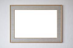 Leerer Bilderrahmen, der an der Wand hängt Lizenzfreie Stockfotos