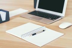 Leerer Bildschirm und Notizbuch Stockbild