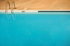 Leerer blauer Swimmingpool Stockfotos