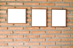 Leerer brauner Bilderrahmen auf Backsteinmauer Lizenzfreies Stockfoto