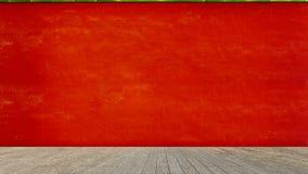 Leerer Bretterboden über rotem Zementwandhintergrund, Produkt-DISP Lizenzfreie Stockfotos