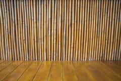 Leerer Bretterboden mit Bambuswandbeschaffenheit Stockbilder