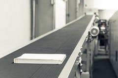 Leerer Buch-Block paginiert die Produktions-Förderbänder, die Transport sind lizenzfreie stockfotos