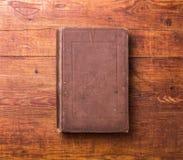 Leerer Bucheinband des Fotos auf Holz Lizenzfreie Stockbilder