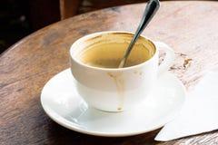 Leerer Cappuccino auf dem Tisch Stockfotos