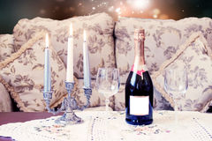 Leerer Champagner mit Kerzen Stockfoto