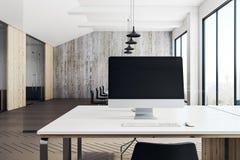 Leerer Computer im modernen Büro Lizenzfreies Stockbild