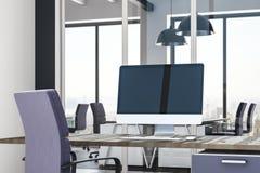 Leerer Computer im zeitgenössischen Büro Stockfoto