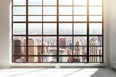 Leerer Dachbodeninnenraum mit Stadtansicht Stockfotos