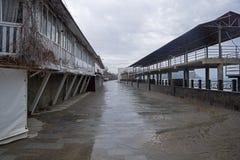 Leerer Damm in einem kleinen beliebten Erholungsort in der Krim Bewölktes Stockfotos