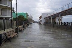 Leerer Damm in einem kleinen beliebten Erholungsort in der Krim Bewölktes Stockbilder
