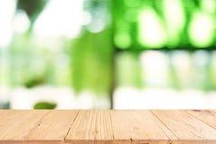 Leerer dunkler Holztisch vor Zusammenfassung unscharfem Hintergrund stockfoto